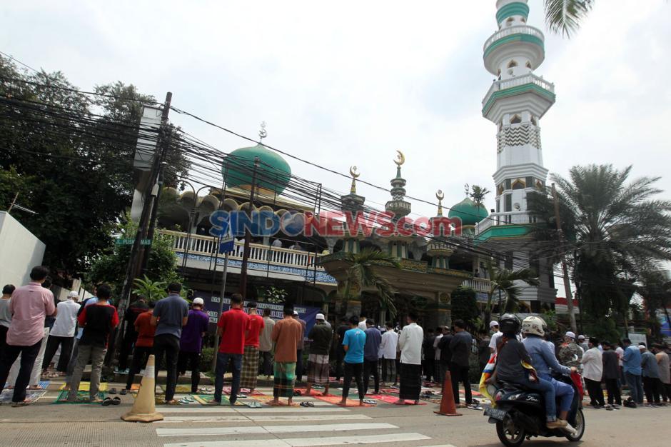 Kembali Dibuka, Saf Salat Jumat di Masjid Jami Nurul Jannah Ragunan Luber ke Jalan-0
