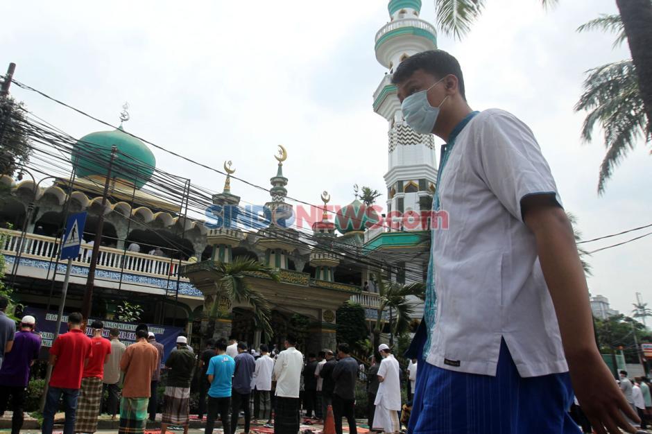 Kembali Dibuka, Saf Salat Jumat di Masjid Jami Nurul Jannah Ragunan Luber ke Jalan-1