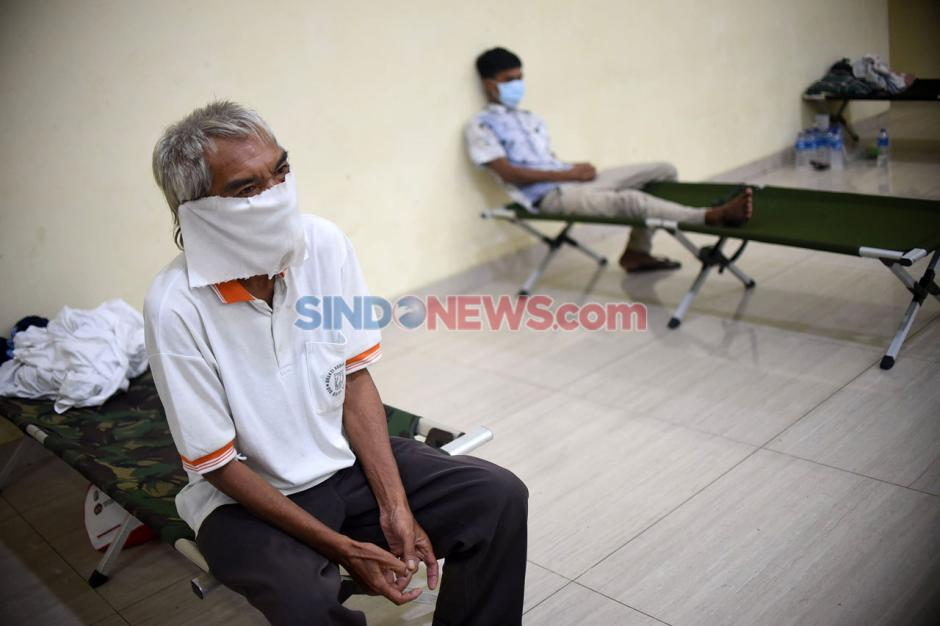 Mensos Serahkan Bantuan Kepada Penerima Manfaat Temporary Shelter-2