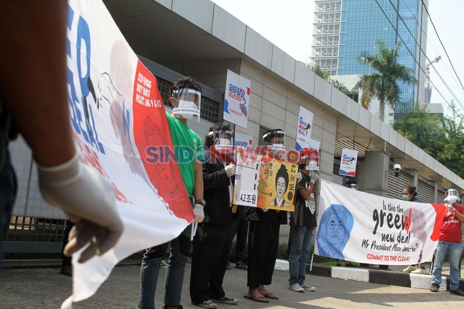 Aksi Aktivis Lingkungan Tolak Mega Proyek PLTU Jawa 9 dan 10-3
