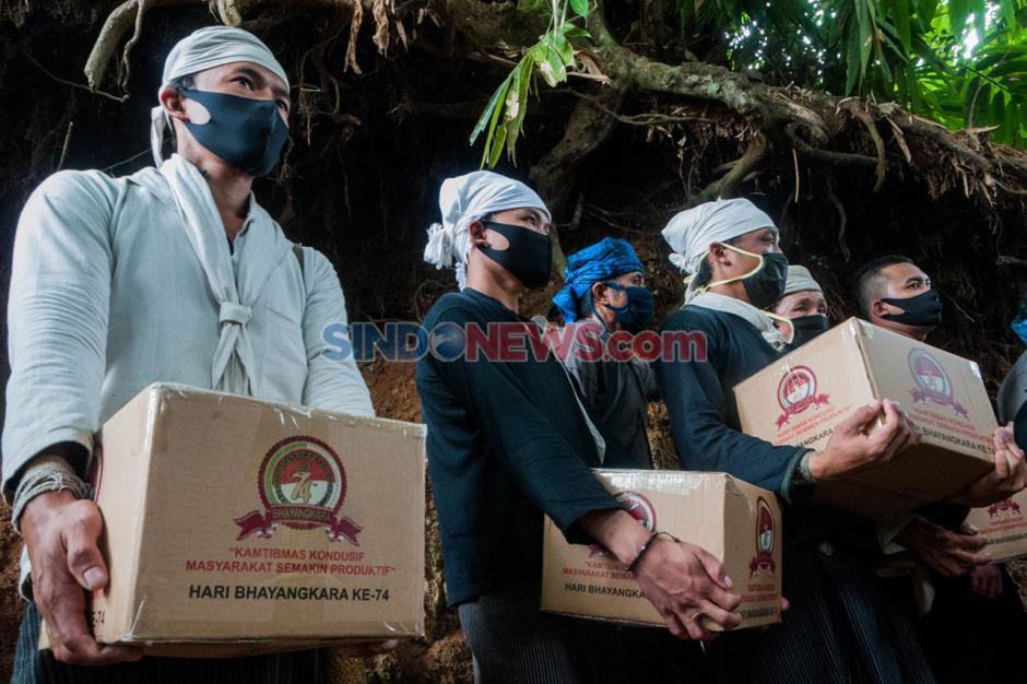 Polri Berikan 4.300 Paket Bantuan Sembako Untuk Warga Suku Baduy-0