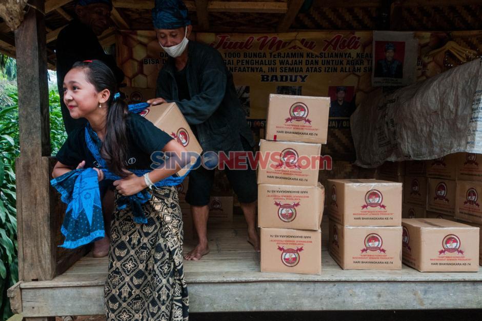 Polri Berikan 4.300 Paket Bantuan Sembako Untuk Warga Suku Baduy-2