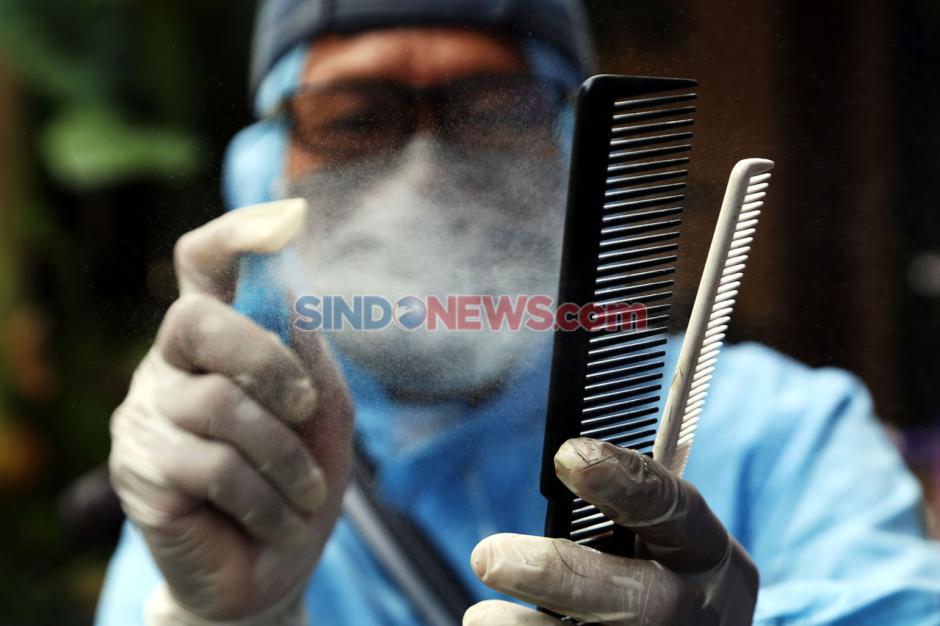 Pandemi Corona Sulap Suyadi Jadi Tukang Cukur Keliling-3