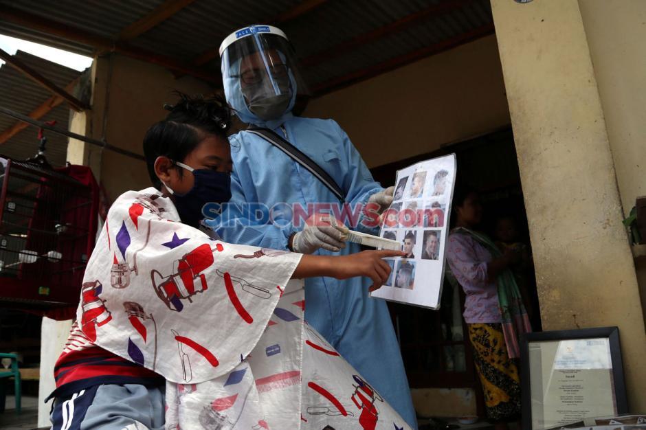 Pandemi Corona Sulap Suyadi Jadi Tukang Cukur Keliling-5