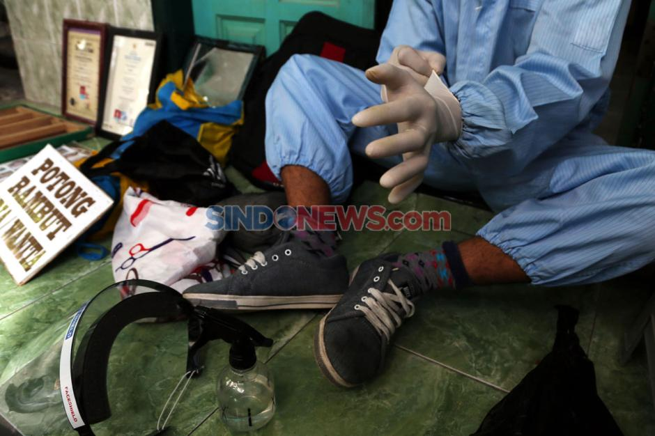 Pandemi Corona Sulap Suyadi Jadi Tukang Cukur Keliling-10