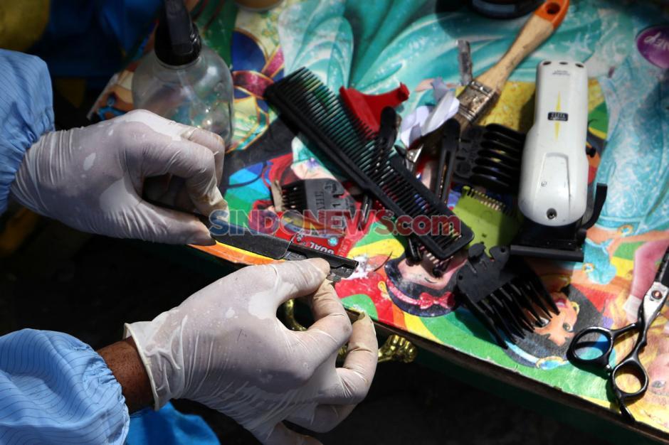 Pandemi Corona Sulap Suyadi Jadi Tukang Cukur Keliling-7