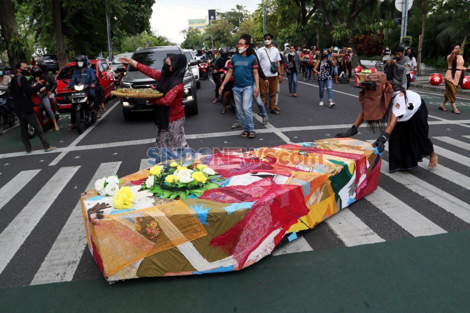 Seniman Persembahkan Peti Jenazah untuk Pemerintah Kota Surabaya-4
