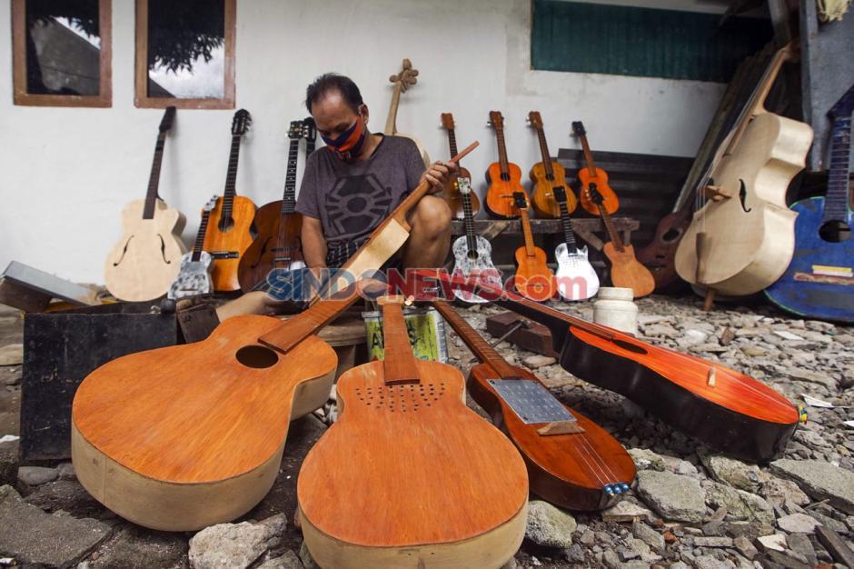Terdampak Pandemi Covid-19, Perajin Alat Musik Petik di Makassar Kesulitan Memasarkan Produknya-1