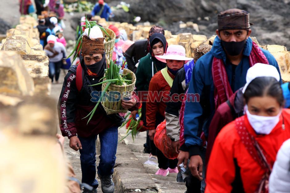 Pandemi Corona Tak Surutkan Semangat Suku Tengger Rayakan Yadnya Kasada-1