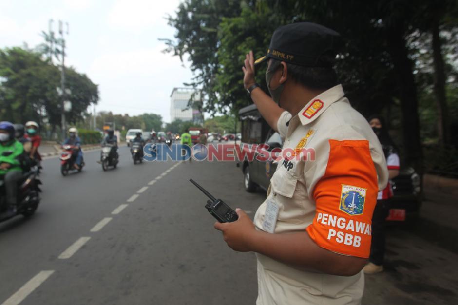 Babinsa TNI AD dan Sat Pol PP Gelar Razia Masker Bagi Pengendara di Cilandak Timur-2