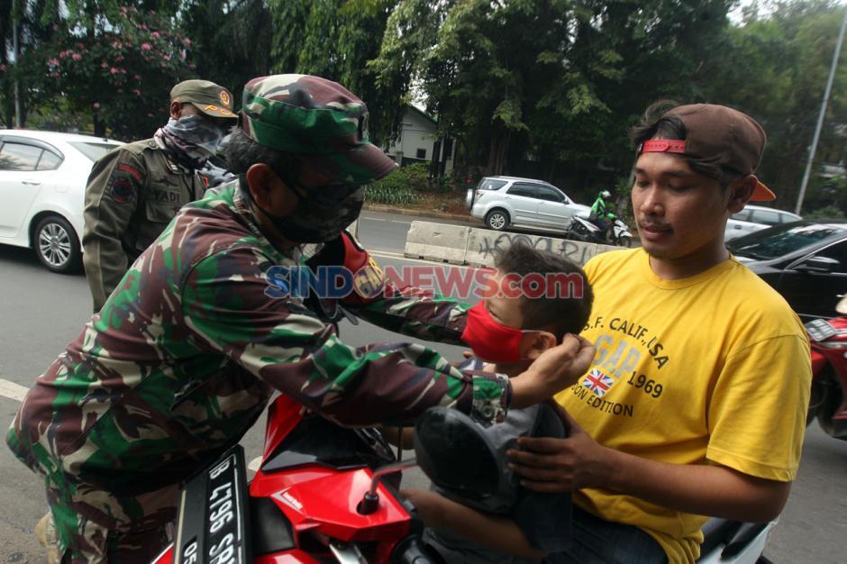 Babinsa TNI AD dan Sat Pol PP Gelar Razia Masker Bagi Pengendara di Cilandak Timur-4