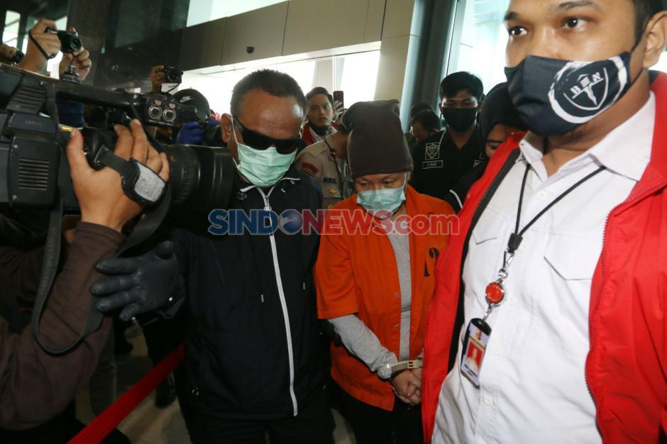 Pakai Baju Tahanan dan Tangan Terikat, Buronan Maria Lumowa Tiba di Bandara Soetta-3