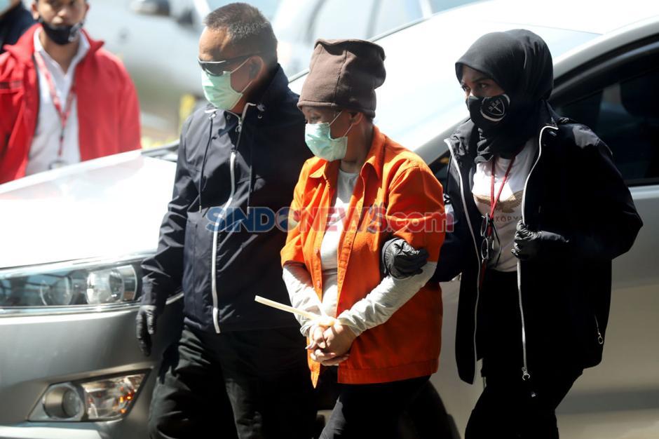 Pakai Baju Tahanan dan Tangan Terikat, Buronan Maria Lumowa Tiba di Bandara Soetta-1