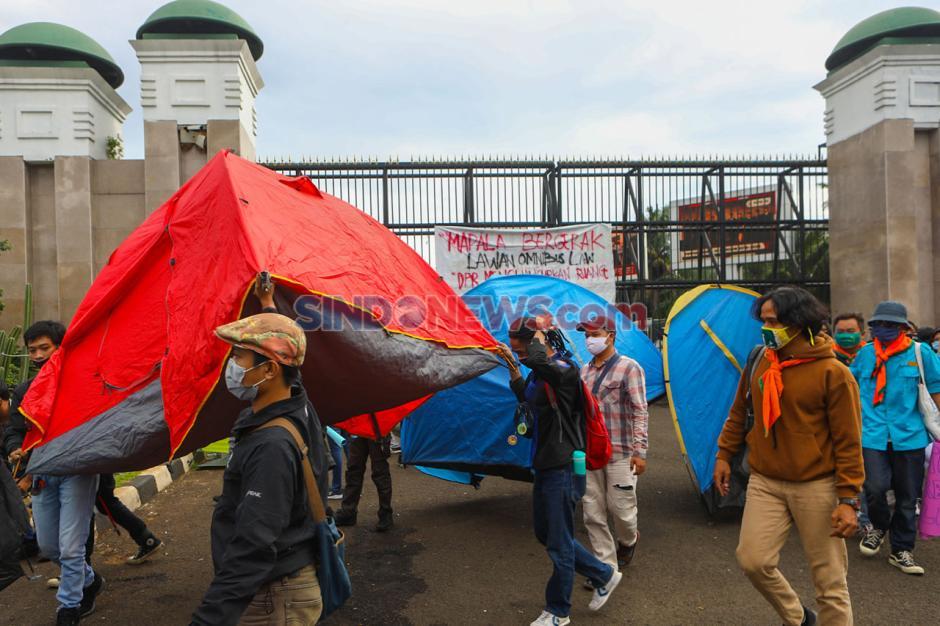 Aktivis Lingkungan Demo Tolak RUU Omnibus Law Cipta Lapangan Kerja di Depan Gedung MPR/DPR-3