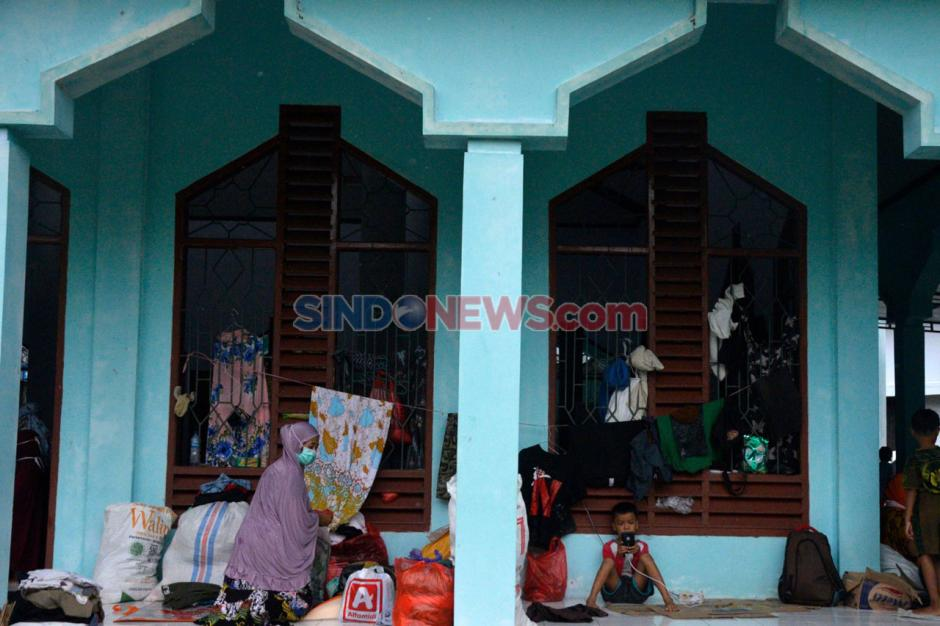 Korban Banjir Bandang Luwu Utara Mengungsi di Masjid Kantor Bupati-2