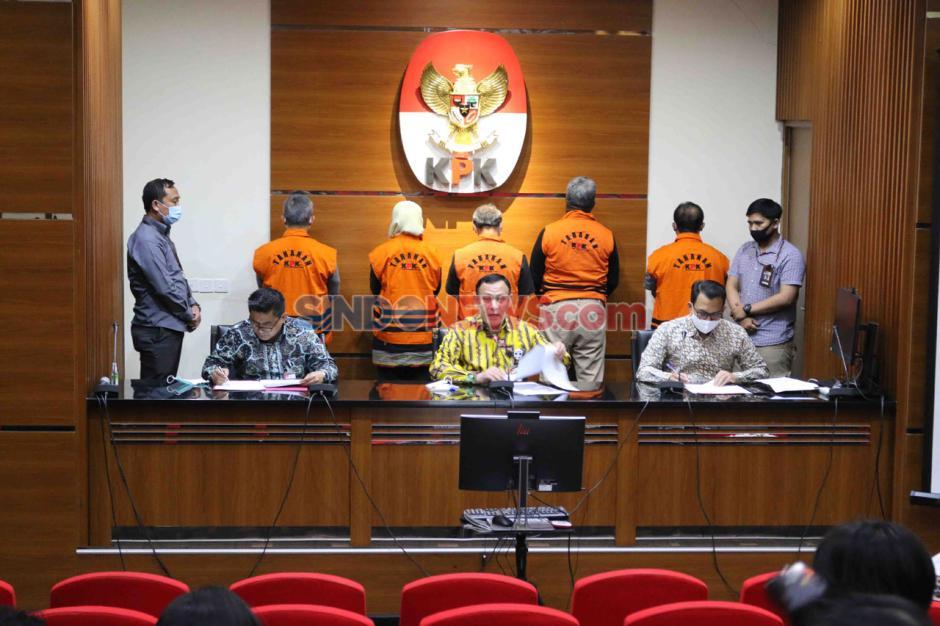 KPK Tahan Lima Tersangka Korupsi Proyek Fiktif Waskita Karya-6