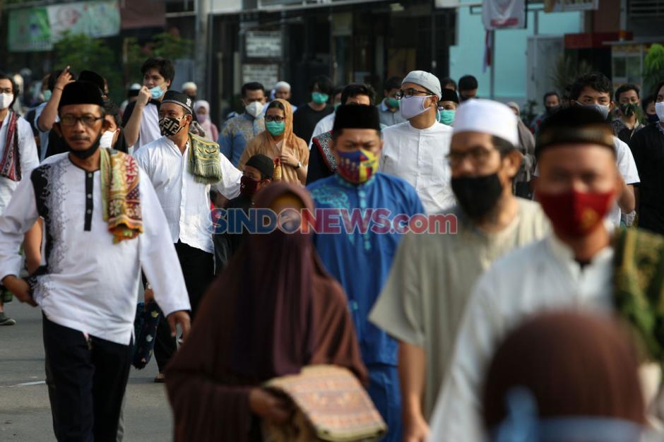 Terapkan Protokol Kesehatan, Warga Bekasi Tunaikan Shalat Idul Adha 1441 H-4