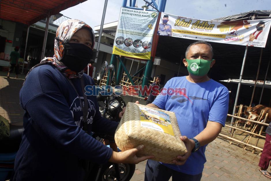 Ramah Lingkungan, Masjid An-Nur BPK V Bagikan 3.500 Paket Daging Kurban Pakai Besek Bambu-8