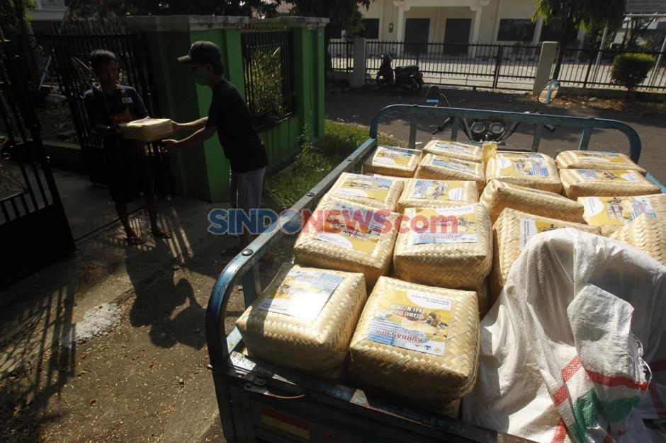 Ramah Lingkungan, Masjid An-Nur BPK V Bagikan 3.500 Paket Daging Kurban Pakai Besek Bambu-11