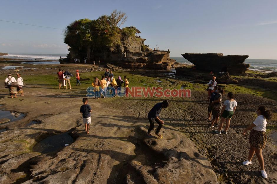 Dibuka Kembali, Wisatawan Domestik Kunjungi Tanah Lot Bali-2