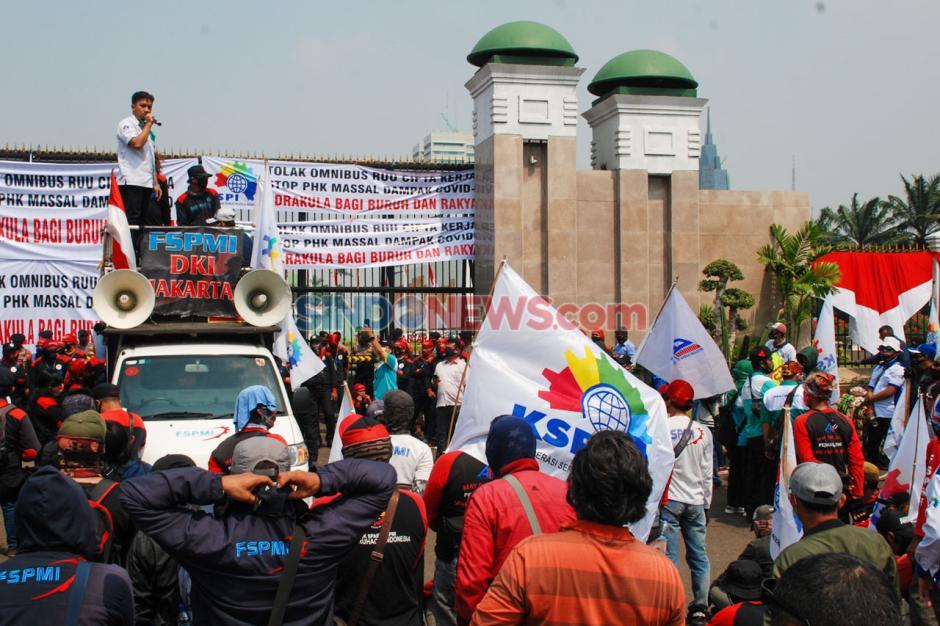 Ratusan Buruh Demo Tolak Omnibus Law RUU Cipta Kerja-4