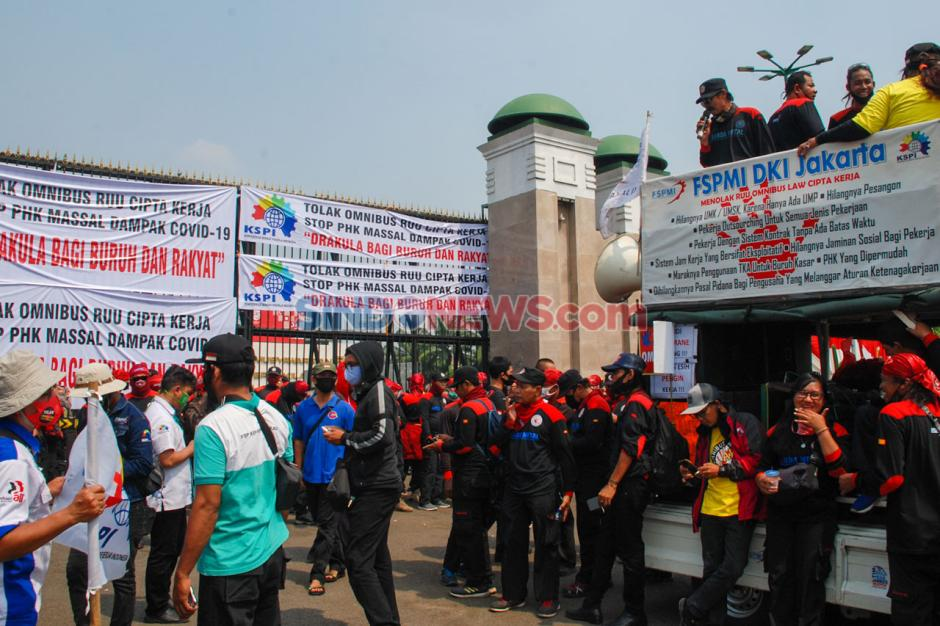 Ratusan Buruh Demo Tolak Omnibus Law RUU Cipta Kerja-1