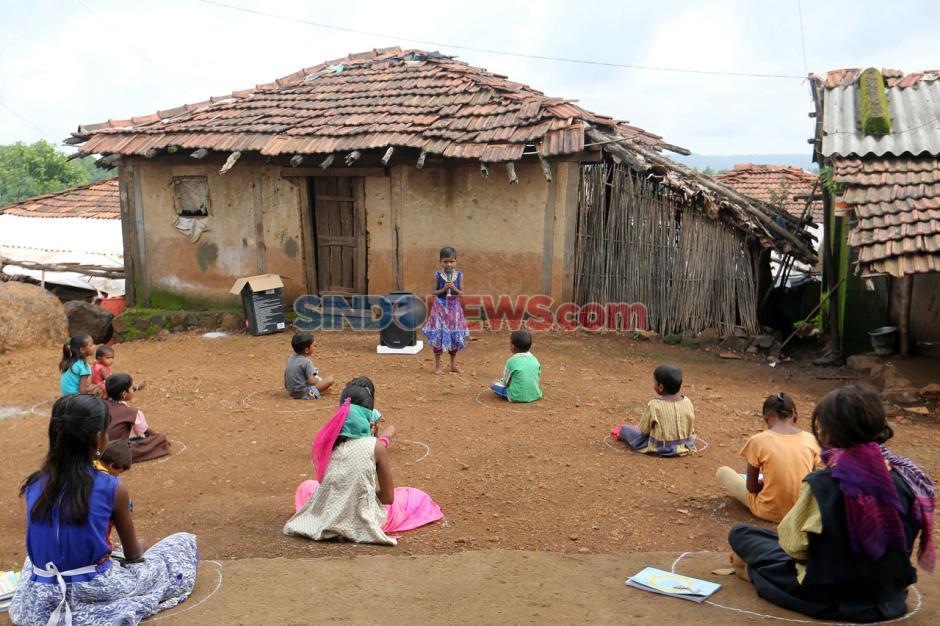 Kekurangan Fasilitas Internet, Anak-anak India Sekolah Tatap Muka di Tengah Pandemi Covid-19-4