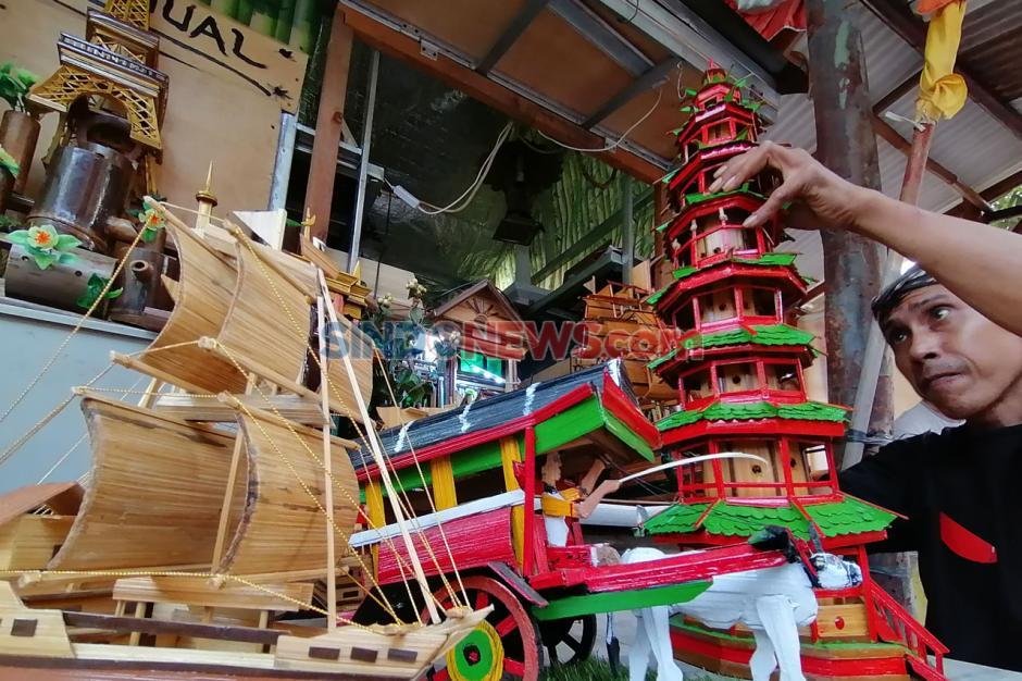 Manfaatkan Bambu Petung Hitam, Perajin Ini Ciptakan Berbagai Miniatur Unik-0