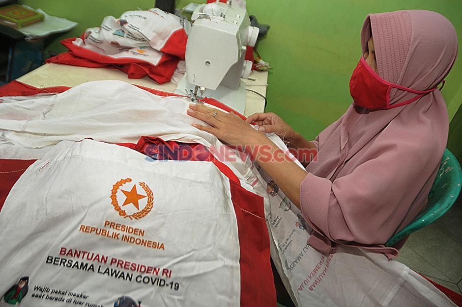 Warga Depok Manfaatkan Tas Bansos Presiden untuk Umbul-Umbul HUT RI-0