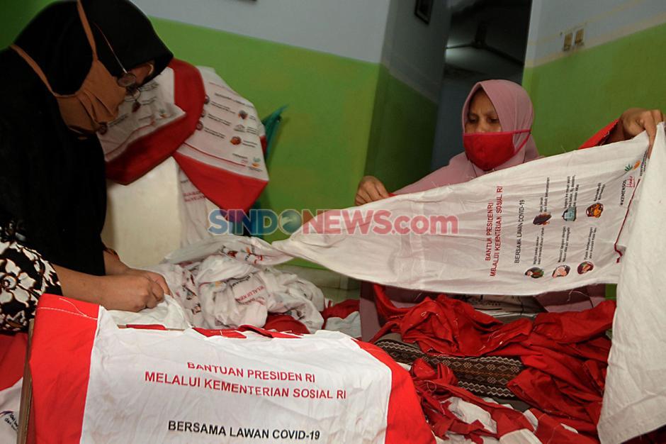Warga Depok Manfaatkan Tas Bansos Presiden untuk Umbul-Umbul HUT RI-4