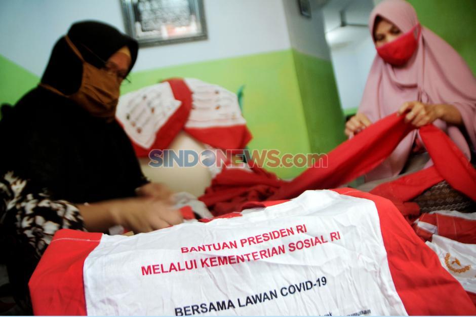 Warga Depok Manfaatkan Tas Bansos Presiden untuk Umbul-Umbul HUT RI-1