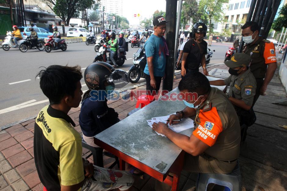 Angka Corona di Jakarta Masih Tinggi, Sat Pol PP Gelar Razia Masker-3