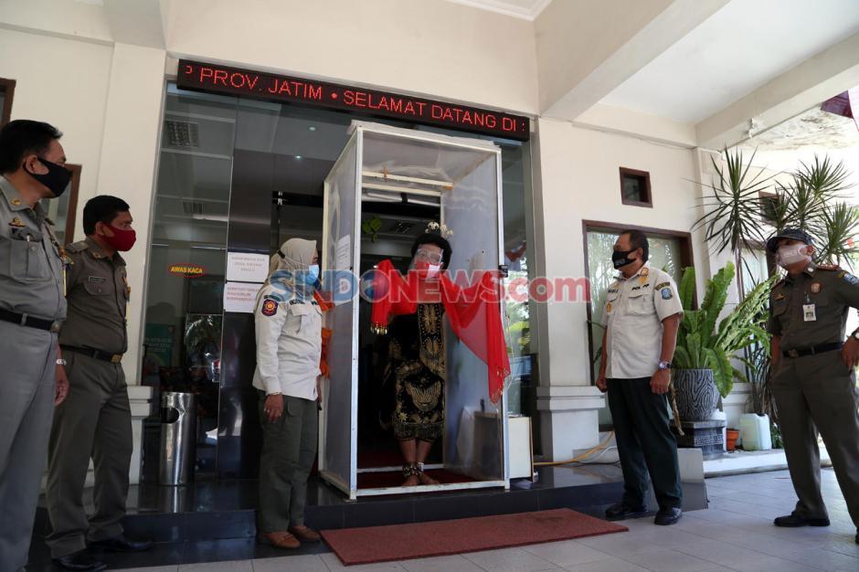 Besut dan Rusmini dapat Bantuan Masker dari Satpol PP Jawa Timur-4