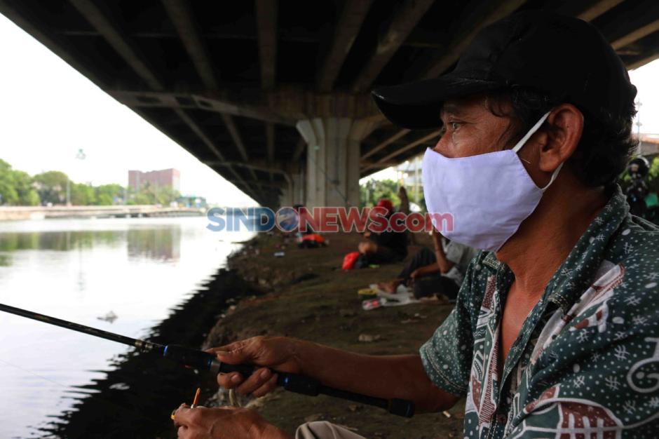 Mancing di Kali Ancol, Warga Jakarta Mengisi Hari di Tengah Pandemi-1