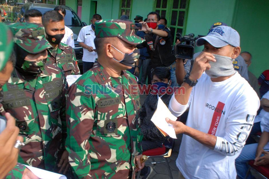 TNI Serahkan Ganti Rugi Kepada Korban Sipil Penyerangan Polsek Ciracas-3