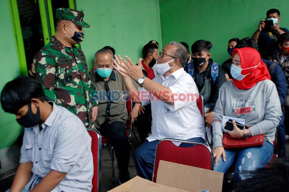 TNI Serahkan Ganti Rugi Kepada Korban Sipil Penyerangan Polsek Ciracas-1