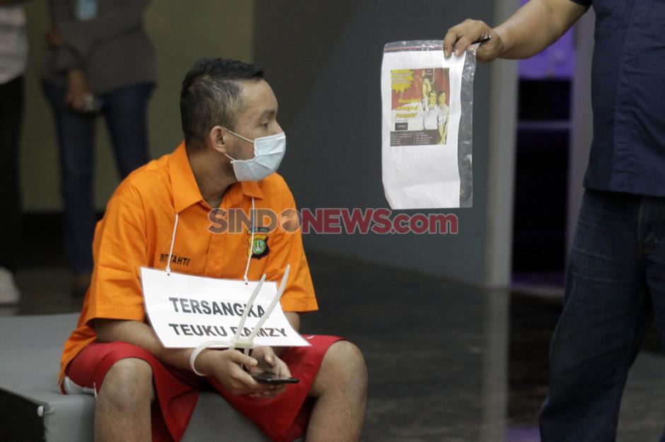 9 Tersangka Pesta Seks Gay Jalani Rekonstruksi di Polda Metro Jaya-2