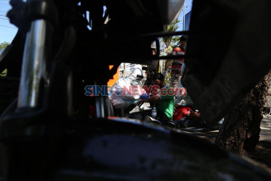 Pakai Hazmat, Tim Medis Dinkes Kota Surabaya Rawat Korban Kecelakaan-1