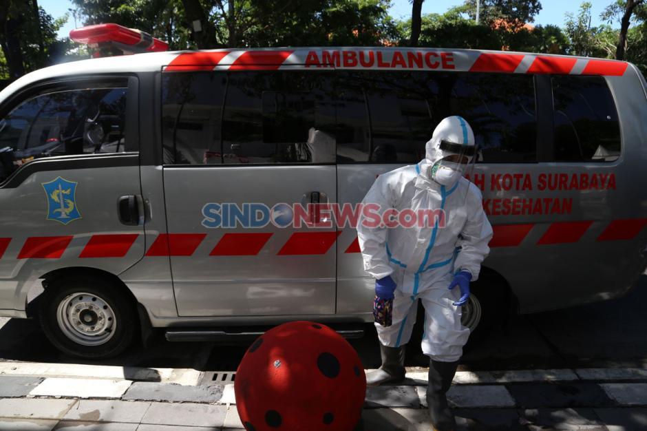 Pakai Hazmat, Tim Medis Dinkes Kota Surabaya Rawat Korban Kecelakaan-3