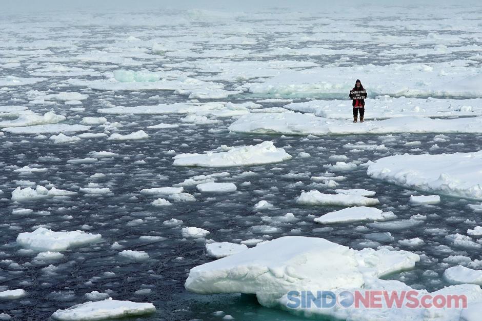 Aktivis Remaja Unjuk Rasa Seorang Diri di Atas Bongkahan Es Kutup Utara-4