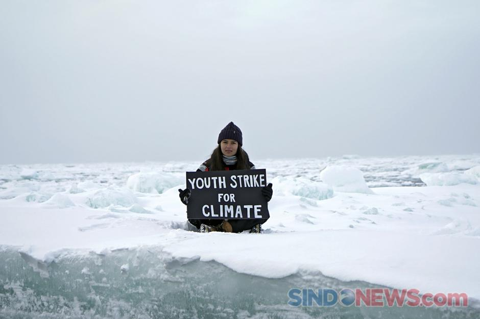 Aktivis Remaja Unjuk Rasa Seorang Diri di Atas Bongkahan Es Kutup Utara-0