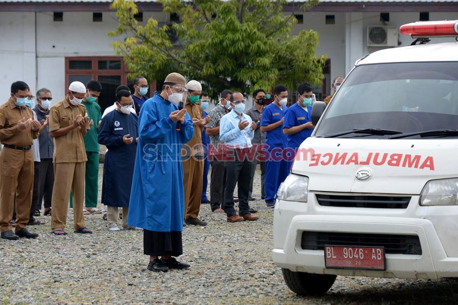 Shalat Jenazah Dokter Spesialis Paru Positif Covid-19 di Aceh-1