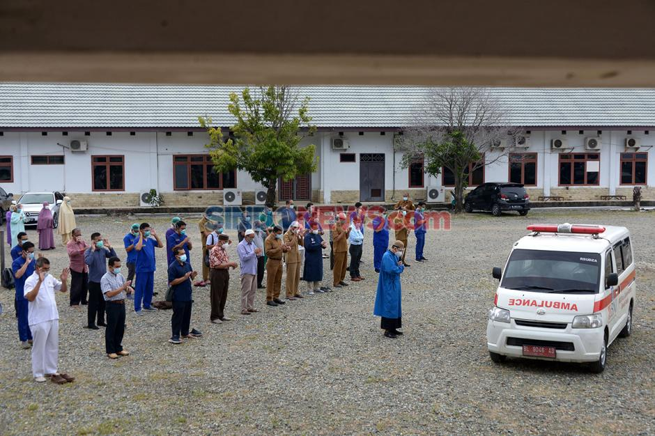 Shalat Jenazah Dokter Spesialis Paru Positif Covid-19 di Aceh-0