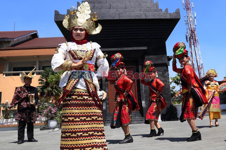 Warna-warni Etnik Nusantara Meriahkan Hari Sarjana UWKS-0