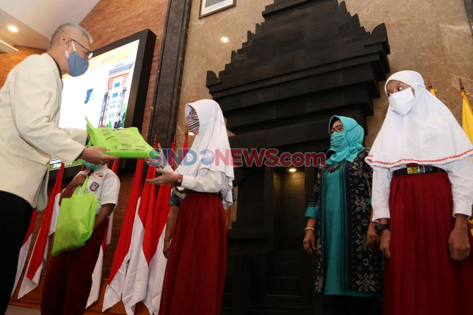 Warna-warni Etnik Nusantara Meriahkan Hari Sarjana UWKS-2