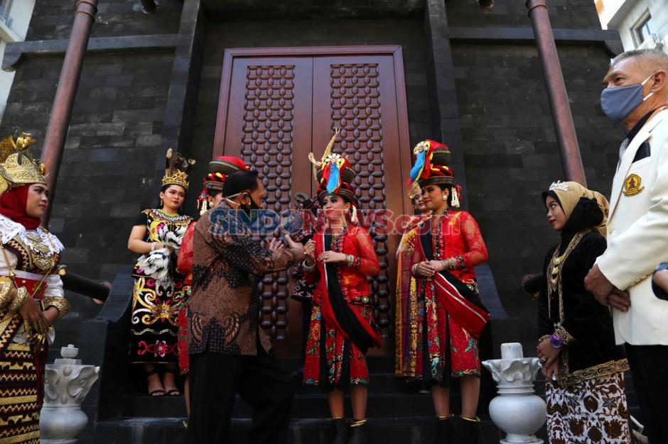 Warna-warni Etnik Nusantara Meriahkan Hari Sarjana UWKS-4