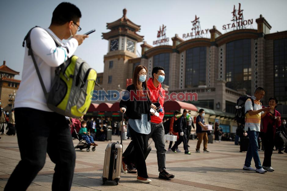 Libur Nasional Setelah Pandemi, Warga Padati Stasiun di China-3
