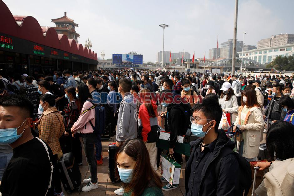 Libur Nasional Setelah Pandemi, Warga Padati Stasiun di China-0