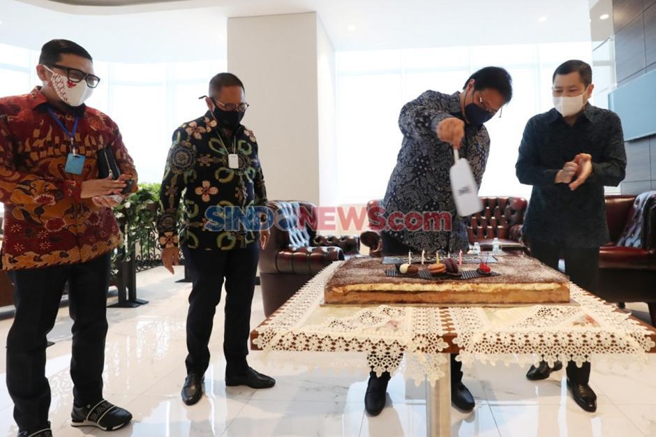 Airlangga Hartarto Dapat Kejutan Kue Ulang Tahun di Penjurian Indonesia Awards 2020-1