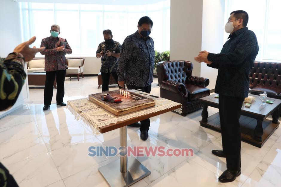 Airlangga Hartarto Dapat Kejutan Kue Ulang Tahun di Penjurian Indonesia Awards 2020-8